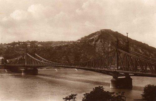 Szabadság-híd a még kopasz Gellért-heggyel