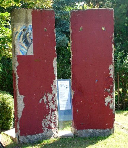 Berlini fal emlékmű