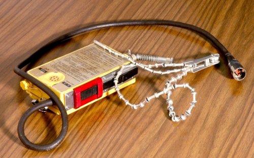 Mi ez? (Válasz:  Р-855УМ típusú, szovjet gyártmányú vészrádióadó-vevő készülék)