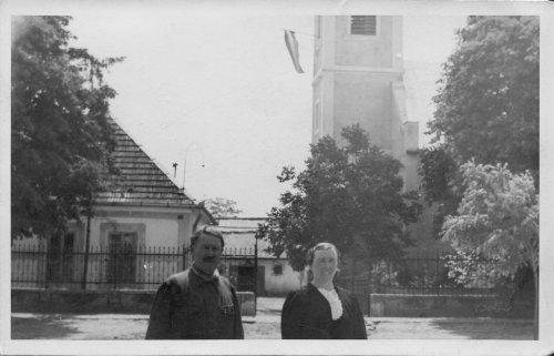 Letkésiek a templom előtt