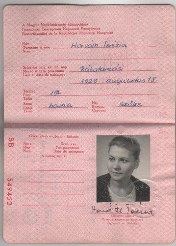 Horváth Teri művésznő munkakönyve és vörös útlevele