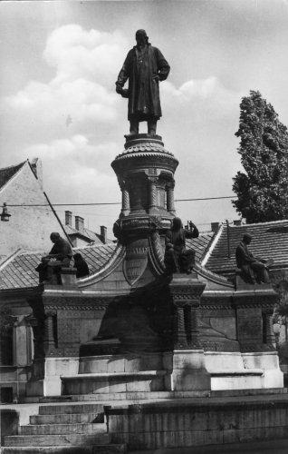 Pécs Zsolnay Vilmos szobra